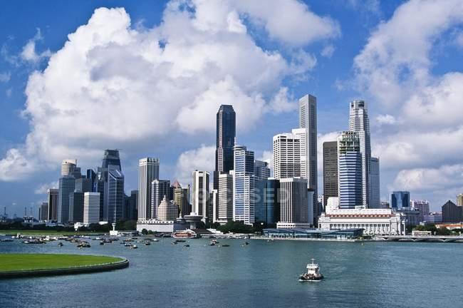 Місто Сінгапур проти води — стокове фото