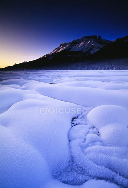 Schnee und Berge in der Dämmerung — Stockfoto
