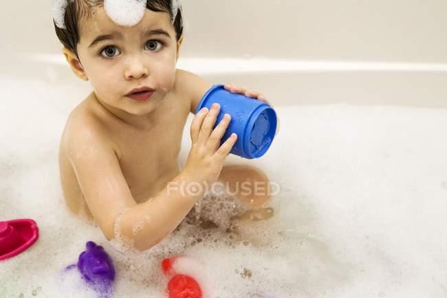 Дитини в міхур лазню — стокове фото