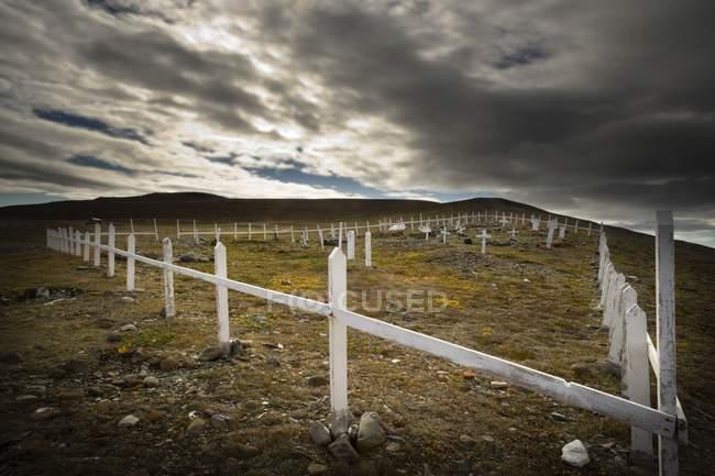 Clôture dans un champ sous les nuages — Photo de stock