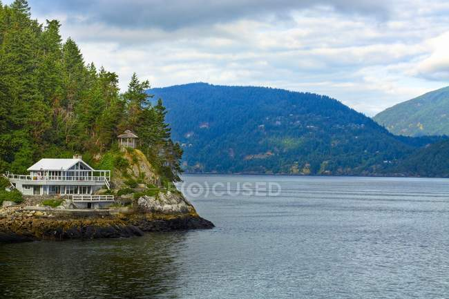 Lakeside Cottage In Mountains — Stock Photo