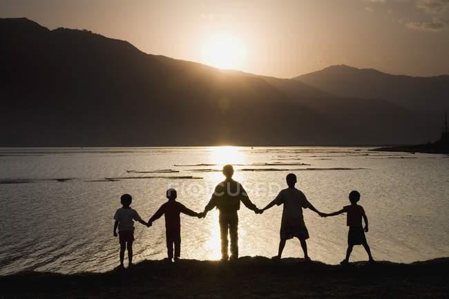 Группа людей, держащихся за руки — стоковое фото