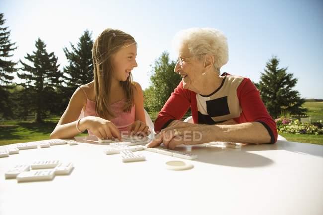 Abuela y nieta Domino juego juntos - foto de stock