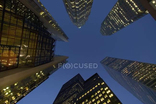 Edificios con luces en la noche - foto de stock