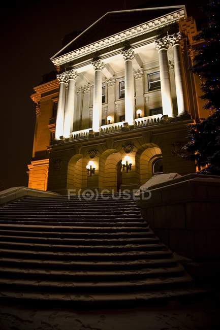 Вид на особняк ночью — стоковое фото