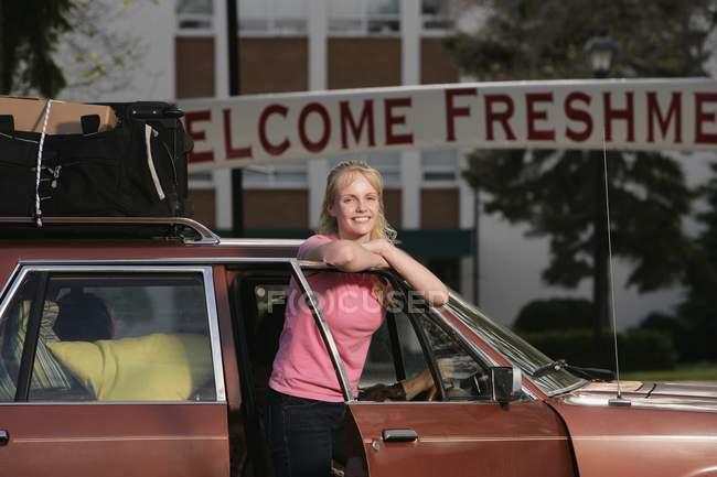 Жінки, які прибувають в коледжі — стокове фото