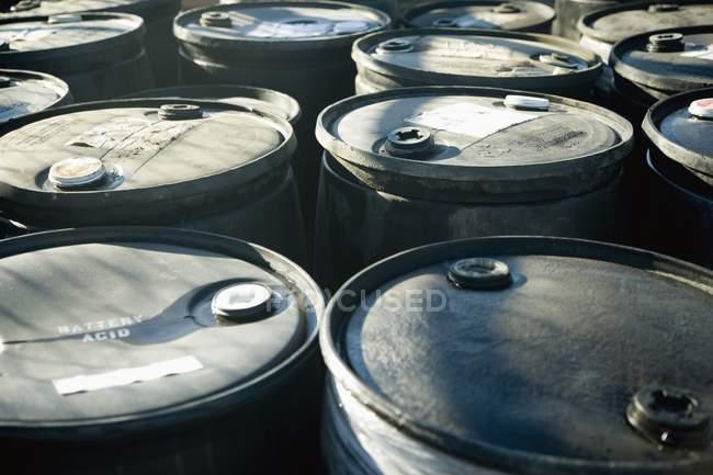 Акумулятор кислота бочки в приміщенні на заводі — стокове фото