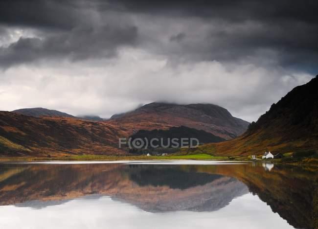 Image miroir de la terre dans l'eau — Photo de stock