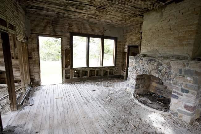 Casa abbandonata con camera vuota — Foto stock