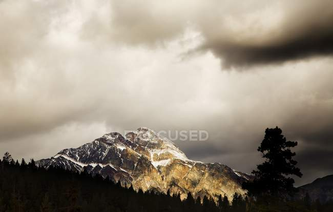 Mountain With Cloudy Sky — Stock Photo