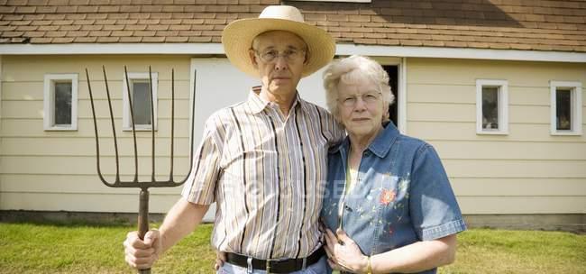 Портрет пожилой пары в образе американской готики — стоковое фото