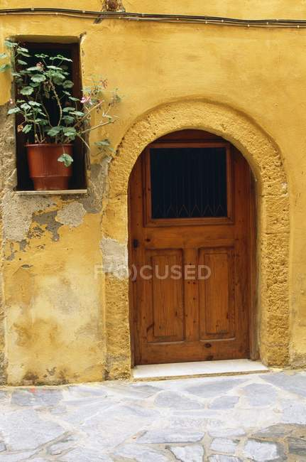 Maison avec porte voûtée — Photo de stock