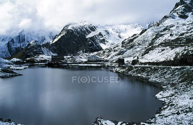 Scène d'hiver avec montagnes rocheuses — Photo de stock