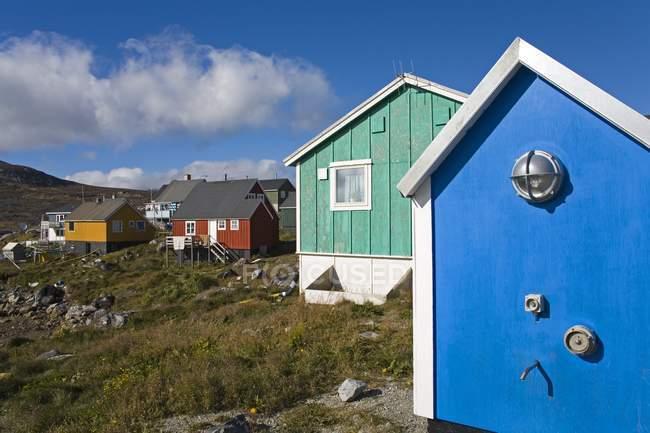 Bunten Häuser auf Wiese — Stockfoto