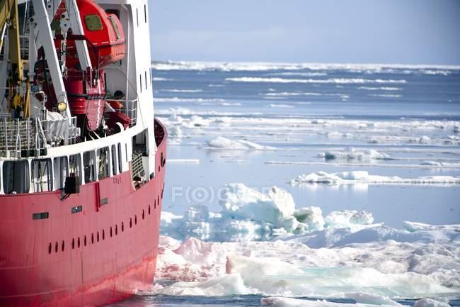 Barco rompehielos durante el día - foto de stock