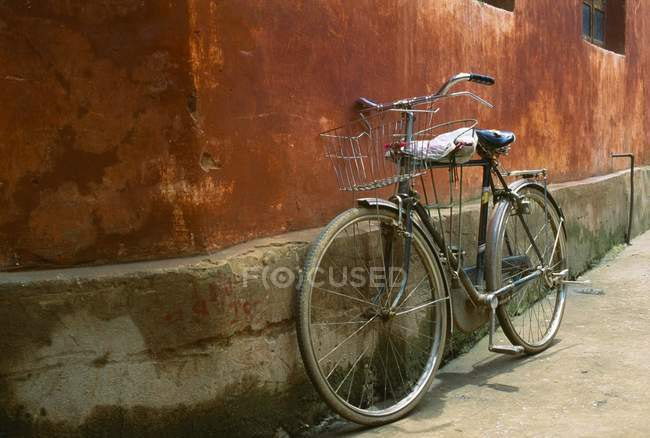 A Bicycle on th street In Beijing — Stock Photo