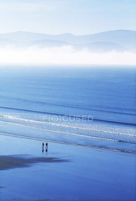 Sandstrand mit welligem Wasser — Stockfoto