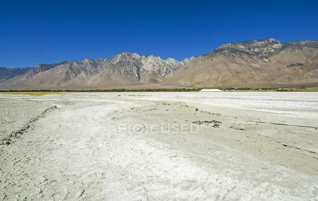 Сухое дно озера — стоковое фото