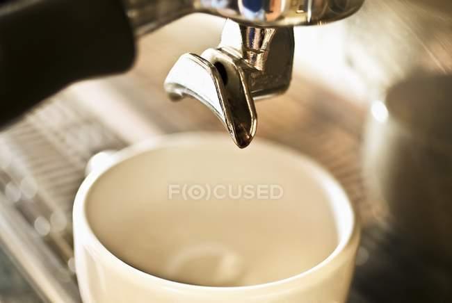 Крупним планом вид кави машина приготування кави — стокове фото
