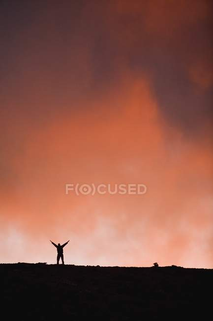 Silhouette Person mit erhobenen Händen — Stockfoto