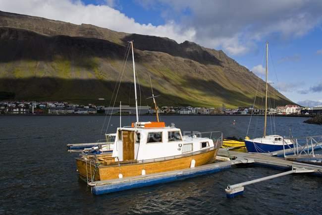 Вид на лодке в воде — стоковое фото