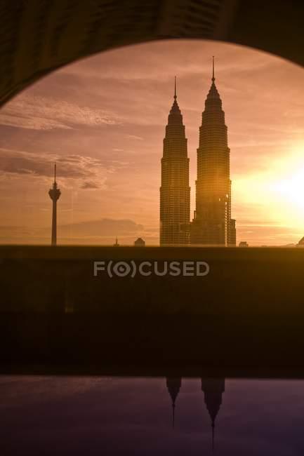 Torres de gemelas de ciudad capital - foto de stock