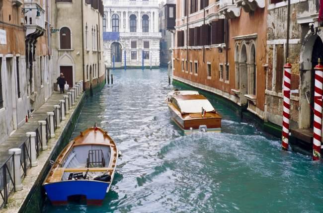 Две лодки в канал — стоковое фото