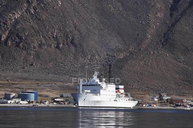 Barco en puerto cerca de la montaña - foto de stock
