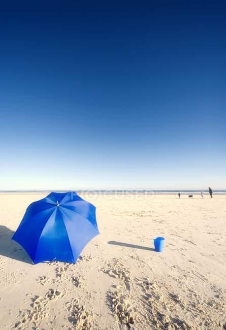 Praia com unbrella — Fotografia de Stock