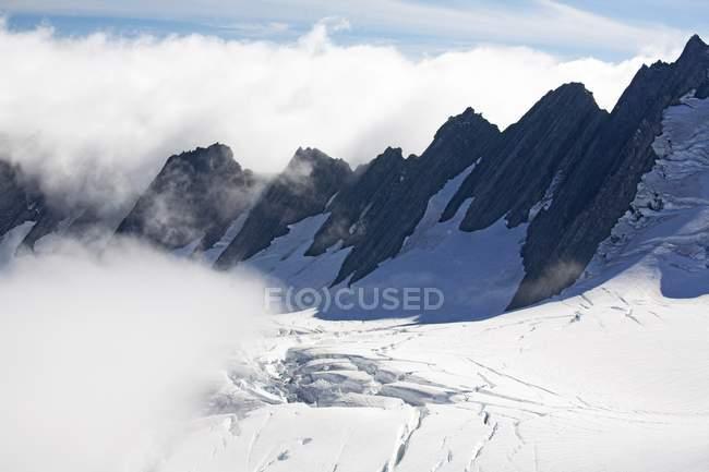 Cime montane nella neve — Foto stock