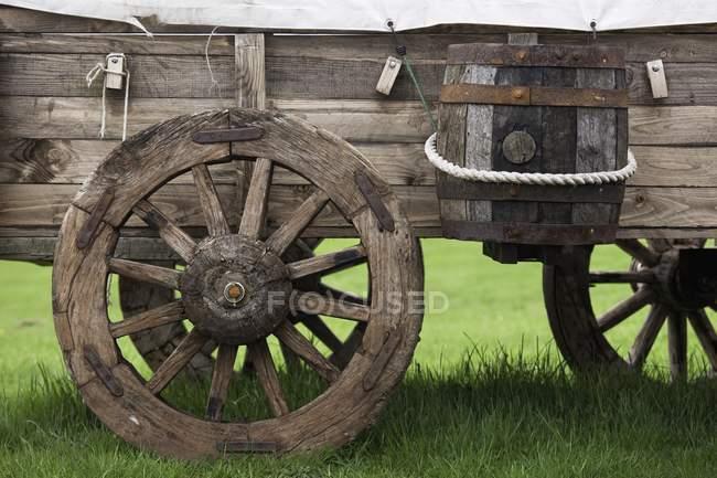 Старий дерев'яна перевезення з барель — стокове фото