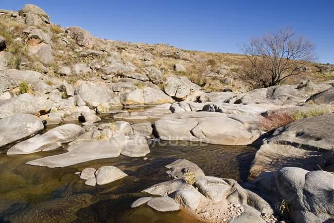 Stream circondato da un terreno roccioso — Foto stock