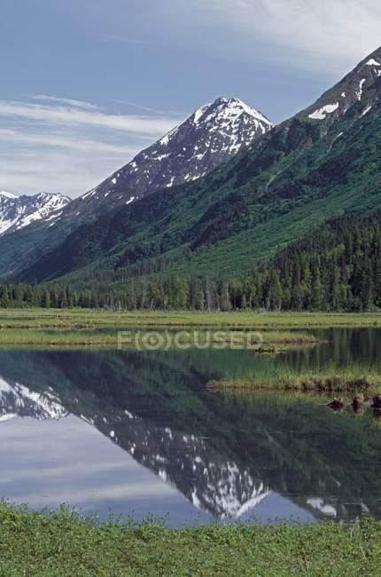 Montagnes aux sommets enneigés, lac de Sterne — Photo de stock