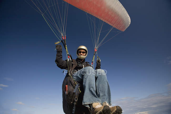 Man paragliding in sky in Victoria outskirts, British Columbia, Canada — Stock Photo