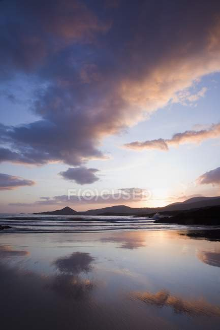 Coucher de soleil sur l'eau dans le ciel — Photo de stock