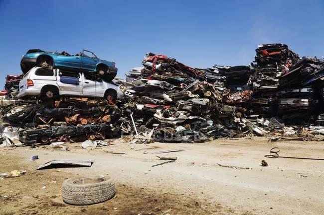 Empilhados e esmagados Automóveis — Fotografia de Stock