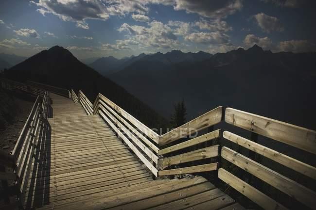Paseo marítimo en la montaña y colinas - foto de stock
