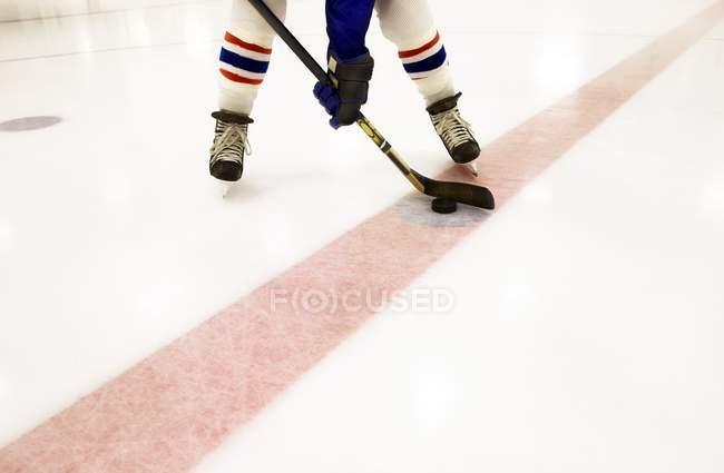 Imagen recortada del jugador de hockey en línea roja - foto de stock