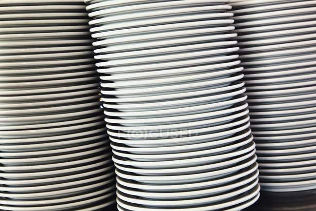 Closeup view of piles dinner plates — Stock Photo