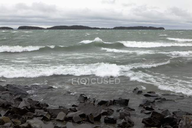 Crashing Waves On The Rocky Shoreline — Stock Photo