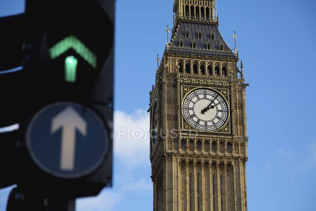 Torre do relógio com semáforo — Fotografia de Stock