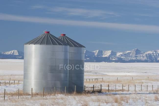 Металеві зерна бункерів у Snowy сфера — стокове фото
