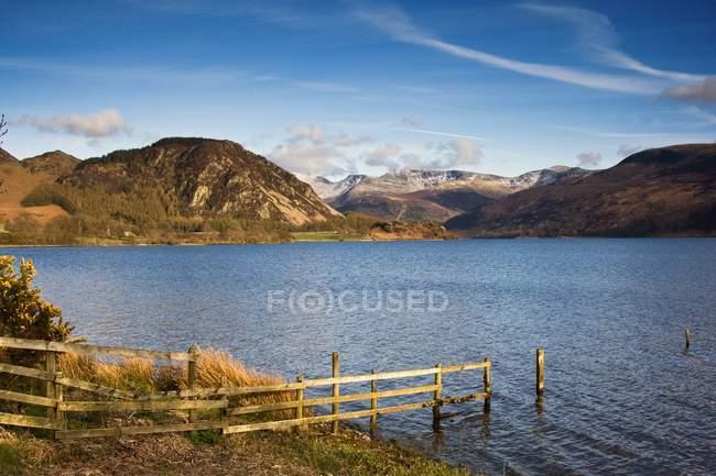Rete fissa sulla riva del lago al Lake District — Foto stock