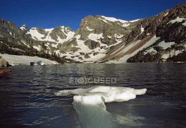 Lac avec la fonte des glaces — Photo de stock
