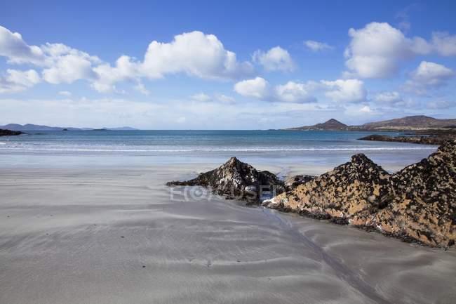 Whitestrand пляж з малі скелі — стокове фото