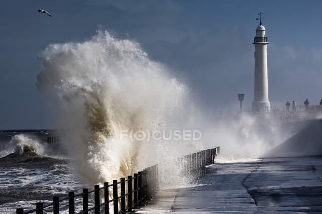 Vagues s'écrasant près du phare — Photo de stock