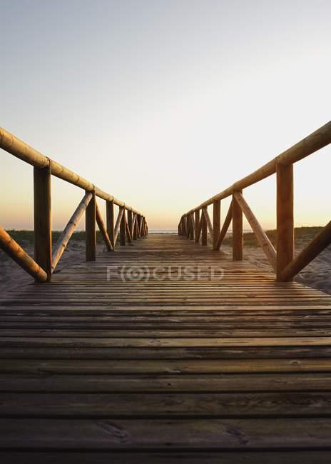 Прогулка на доске во время заката — стоковое фото