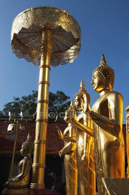 Estatuas budistas en el templo, Tailandia - foto de stock