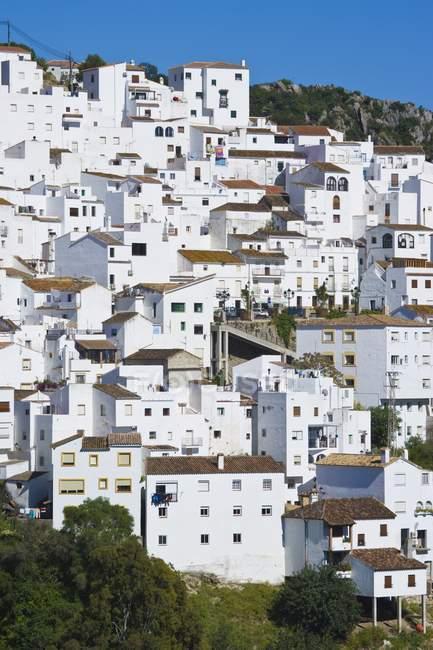 Casas blancas en colina - foto de stock