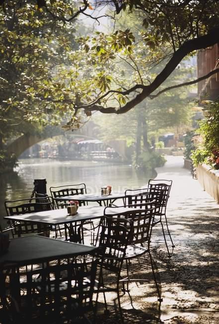 Cafe Along The Riverwalk — Stock Photo